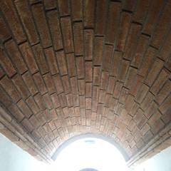 Bóveda de ladrillo: Pasillos y recibidores de estilo  por Forma y Función
