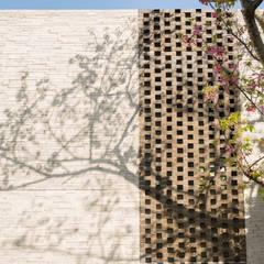 Casas multifamiliares de estilo  de 株式会社クレールアーキラボ