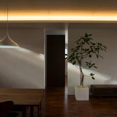知花の二世帯住宅: 株式会社クレールアーキラボが手掛けた木製ドアです。,オリジナル