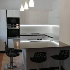 Cucina Rovere Bianco e Laccato Bianco: Cucina in stile  di Formarredo Due design 1967