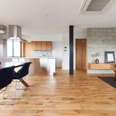 階段から集う家: ELD INTERIOR PRODUCTSが手掛けたキッチンです。,