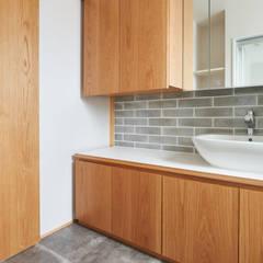 階段から集う家: ELD INTERIOR PRODUCTSが手掛けた浴室です。