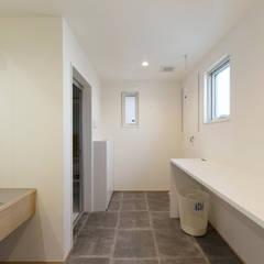 三角屋根の家: ELD INTERIOR PRODUCTSが手掛けた浴室です。