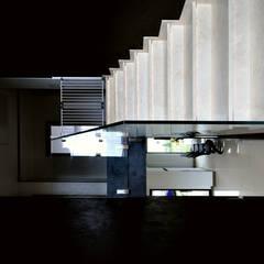 klatka schodowa : styl , w kategorii Schody zaprojektowany przez Piotr Stolarek Projektowanie Wnętrz