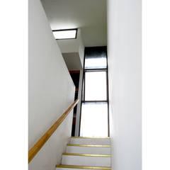 Acoplado Vagón Cartagena: Escaleras de estilo  por Crescente Böhme Arquitectos