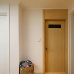 암사동 한강포스파크 25py 욕실도어: Design Daroom 디자인다룸의  문