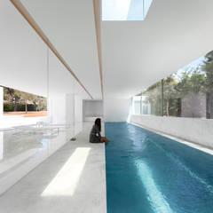 mediterraan Zwembad door FRAN SILVESTRE ARQUITECTOS