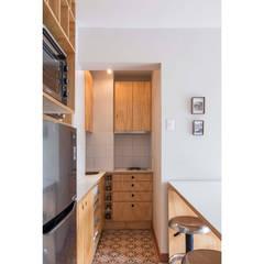 Departamento Santa Lucía: Cocinas equipadas de estilo  por Crescente Böhme Arquitectos