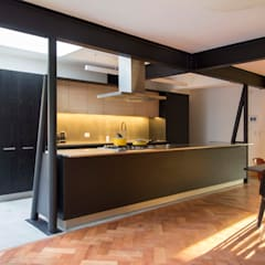 Built-in kitchens by Crescente Böhme Arquitectos