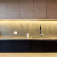 مطبخ ذو قطع مدمجة تنفيذ Crescente Böhme Arquitectos,