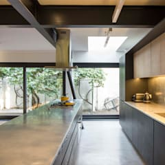 Built-in kitchens توسطCrescente Böhme Arquitectos