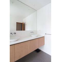 Casa El Bosque: Baños de estilo minimalista por Crescente Böhme Arquitectos