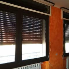 Tapparelle e Avvolgibili a Torino: Condominio in stile  di MITA Tende da Sole Torino