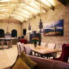 Villa Torino:  Dining room by Vision Tribe