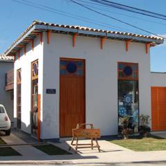 Fachada frontal (ateliê/loja): Casas pré-fabricadas  por Hérmanes Abreu Arquitetura Ltda