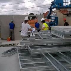 Chegada dos painéis de steel frame: Casas pré-fabricadas  por Hérmanes Abreu Arquitetura Ltda