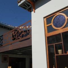 Vista do terraço e janela/vitrine: Casas pré-fabricadas  por Hérmanes Abreu Arquitetura Ltda