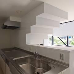 対面式のキッチン: 石川淳建築設計事務所が手掛けたシステムキッチンです。