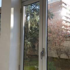 I Serramenti di MITA Tende: Finestre in stile  di MITA Tende da Sole Torino