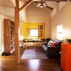 컬러를 포인트로 활용한 집: (주)메이드의  거실