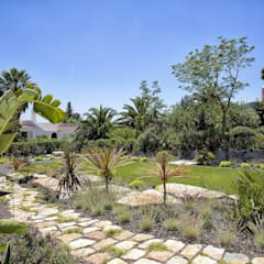Jardines en la fachada de estilo  por Jardíssimo , Moderno