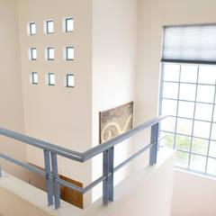 Doble Altura: Escaleras de estilo  por Bojorquez Arquitectos SA de CV