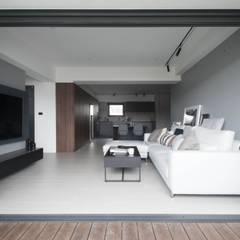 量身打造的恬靜:  房子 by 昕益有限公司
