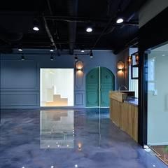 쇼핑몰 '쇼룸', 부산 명지 상가인테리어 - 노마드디자인: 노마드디자인 / Nomad design의  계단