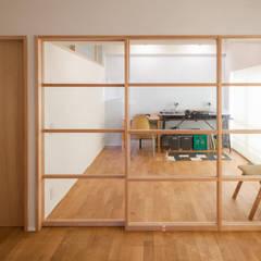 回れる動線の家: 二葉設計一級建築士事務所が手掛けた書斎です。