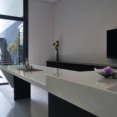 室內設計   SF House:  廚房 by 黃耀德建築師事務所  Adermark Design Studio