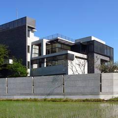 建築設計+室內設計  神岡 LL House:  房子 by 黃耀德建築師事務所  Adermark Design Studio