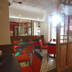 espelhos e luces: Espaços de restauração  por perez ipar arquitectura  e decoração