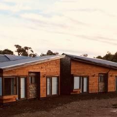 Vista Fachada Norte: Chalets de estilo  por Nomade Arquitectura y Construcción spa