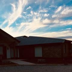 Vista Fachada Acceso Sur: Chalets de estilo  por Nomade Arquitectura y Construcción spa