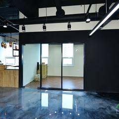 세무회계 사무실인테리어, 부산 명지 상가인테리어 - 노마드디자인: 노마드디자인 / Nomad design의  바닥