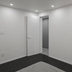 따뜻한 느낌의 모던 빈티지 인테리어, 방배동 신호 나이스 44평 _ 이사 후: 홍예디자인의  침실