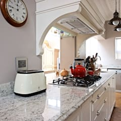 White Granite top kitchen island:  Built-in kitchens by Oksijen