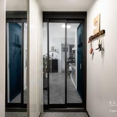 [30평]단 하나뿐인 나만의 공간 홈 인테리어 양재동파크사이드의 풀스토리 by 범블비디자인 30평대인테리어: 범블비디자인의  복도 & 현관,인더스트리얼