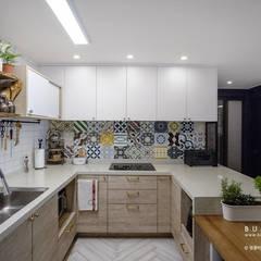 [30평]단 하나뿐인 나만의 공간 홈 인테리어 양재동파크사이드의 풀스토리 by 범블비디자인 30평대인테리어: 범블비디자인의  빌트인 주방