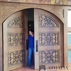 Wooden doors by Athalia cocinas y Carpinteria