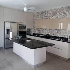 مطبخ ذو قطع مدمجة تنفيذ Athalia cocinas y Carpinteria , حداثي صوان