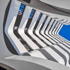 """El proyecto """"Terrazas del Lago"""" de Morph Estudio cuenta con KRION® a modo de fachada ventilada: Bungalows de estilo  de KRION® Porcelanosa Solid Surface"""