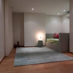 Duplex elegante e sofisticado: Quartos de adolescente  por Alma Braguesa Furniture