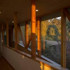 Corredores de Piezas: Pasillos y hall de entrada de estilo  por PhilippeGameArquitectos