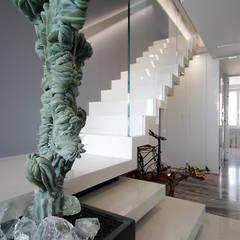 Casa Hera: Scale in stile  di studiodonizelli