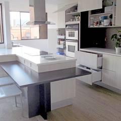 Panorama General: Cocinas integrales de estilo  por TRES52 S.A.S