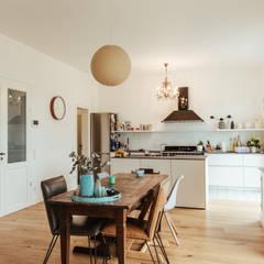 Villa Gründerzeit mit modernen Akzenten:  Küche von Innendesign Schumacher – Innenarchitektur Aachen