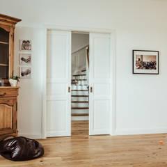 Villa Gründerzeit mit modernen Akzenten:  Wohnzimmer von Innendesign Schumacher – Innenarchitektur Aachen