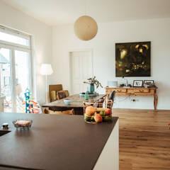 Villa Gründerzeit mit modernen Akzenten: skandinavische Esszimmer von Innendesign Schumacher – Innenarchitektur Aachen