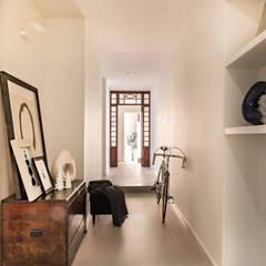 RISTRUTTURAZIONE DELLA CASA DELLA NONNA: Ingresso & Corridoio in stile  di Viú Architettura